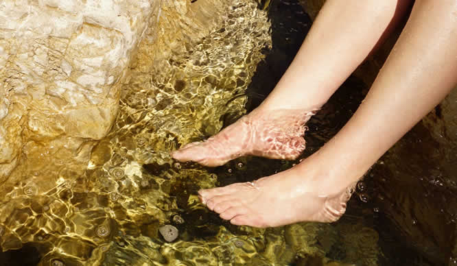 Ein Fußbad im Wellness-Center