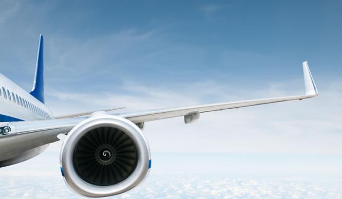 Flügelfoto eines Flugzeugs über den Wolken