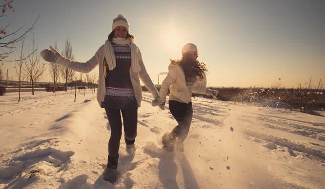 Zwei Schwestern genießen den Schnee