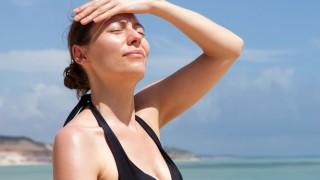 Eine Frau erleidet einen Sonnestich