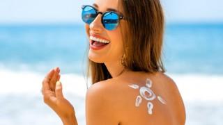 Eine gut gelaunte Frau beim Sonnenbaden