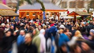 Eine Weihnachtsmarkt mit regem Einkaufstrubel