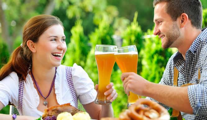 Ein junges Paar im Biergarten
