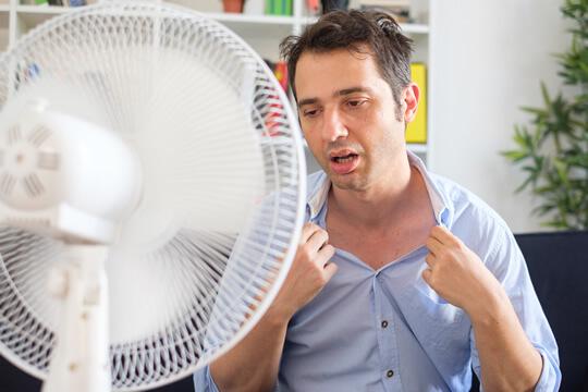 Mann leidet unter Hitze und hat Kreislaufbeschwerden